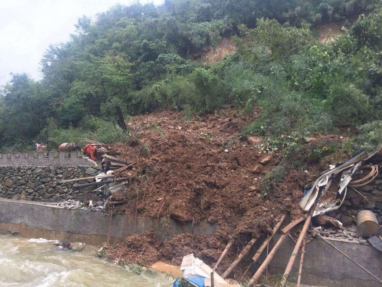 陕西商洛金丝峡景区前门处山体滑坡 一家四口被埋