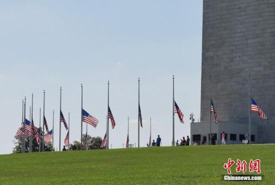 当地时间10月2日,华盛顿纪念碑为拉斯维加斯枪击事件遇难者降半旗致哀。 中新社记者 刁海洋 摄