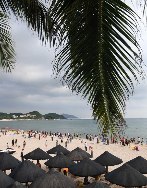 资料图片:游客在三亚大东海景区游玩。新华社记者赵颖全摄