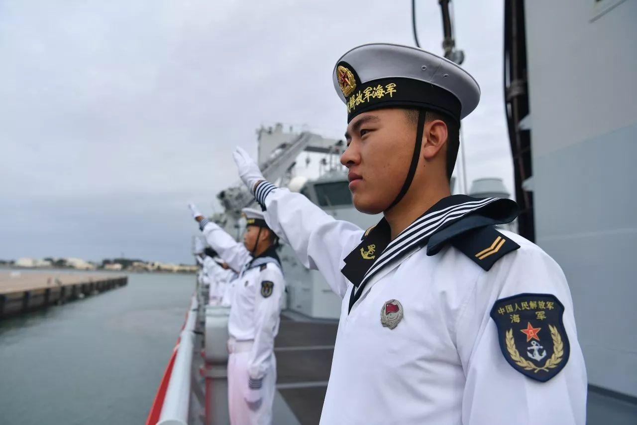 △10月3日,青岛,海军官兵向码头前来迎接的战友挥手致意(图/视觉中国)