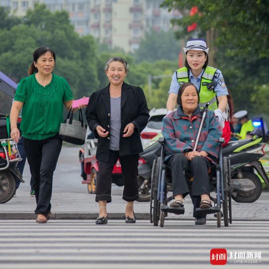王丽华护送残疾老人过马路
