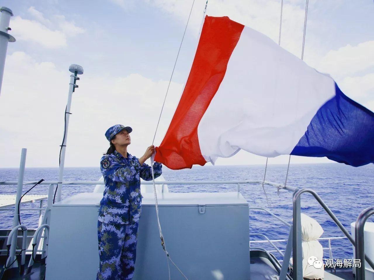 (信号兵李晓桐在升补给旗)