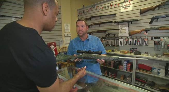 内华达州Guns & Guitars枪店总经理苏利文(Christopher Sullivan )接受采访。(图片来源:CBSnews)