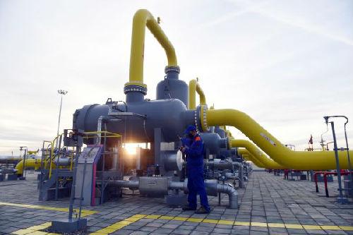 在中亚自然气管道霍尔果斯计量站内,任务职员在停止巡检(2015年11月11日摄)。新华社记者 陈晔华 摄
