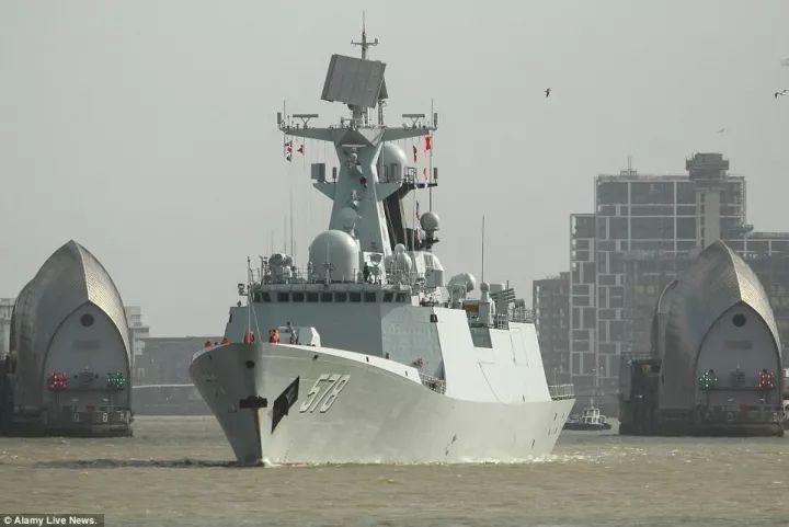 中国舰队首次开进伦敦 英国军官秒变迷弟一顿猛拍