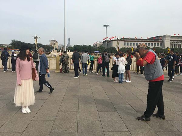 高源在为游客拍照。本文图片 澎湃新闻记者 段彦超 图