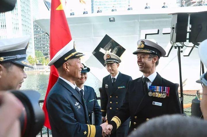 王仲才与英国皇家海军海上部队司令Alex Burton聊得很开心。