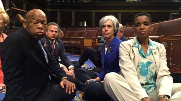 美国民主党议员静坐抗议国会不审议禁枪法案