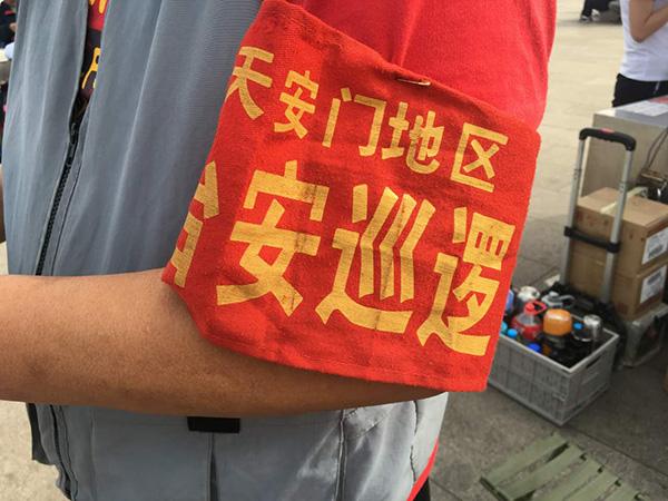 摄影师傅们的衣袖上,挂有治安巡逻红袖章。