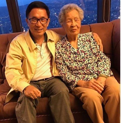 陈水扁与母亲(图片来源:联合新闻网)