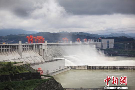三峡大坝泄洪场面壮观 邓立中 摄