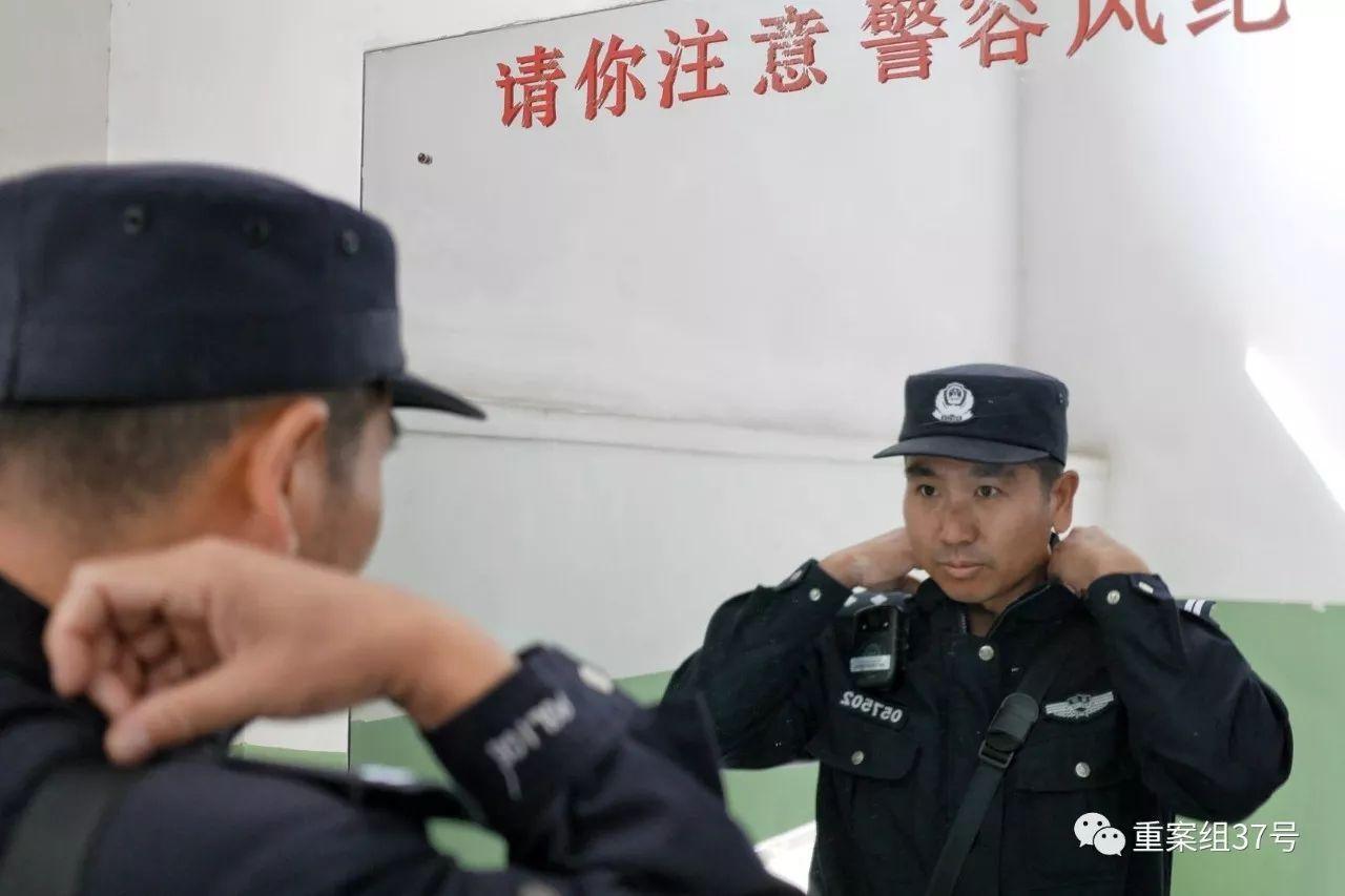 ▲出警前,王艳军在镜子前整理警容。   新京报记者 王嘉宁 摄