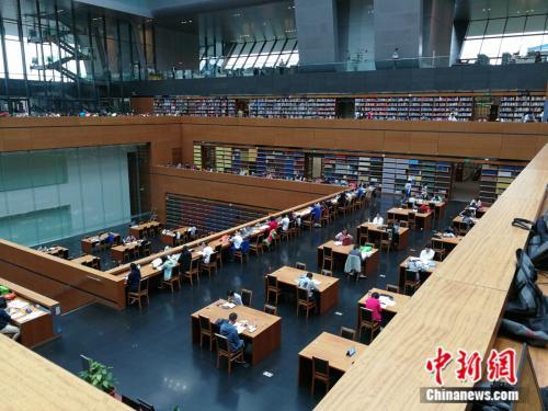 图为假期期间国家图书馆里的阅读者。中新网记者 张尼 摄
