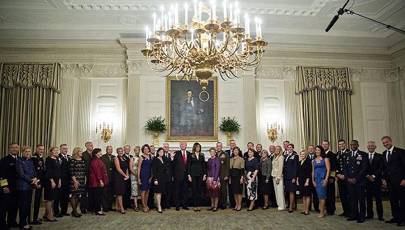 2017年10月5日,美国华盛顿,美国总统特朗普会见美军高层领导人,并与妻子在白宫设宴招待军方高层及他们的配偶。图片来源:视觉中国