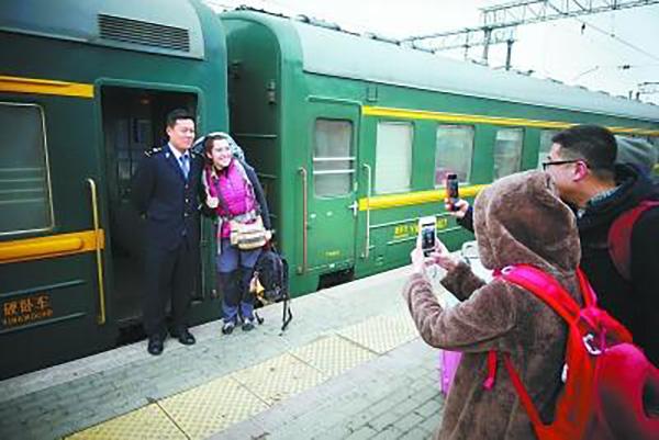 探访中国铁路里程最长旅客列车:铁轨上慢旅行,开行6天5夜