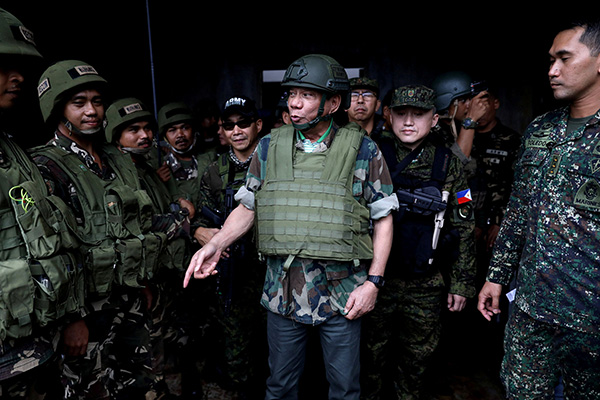 菲律宾总统杜特尔特(中)。视觉中国 资料