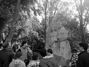 游客瞻仰高石墓。崔红/摄