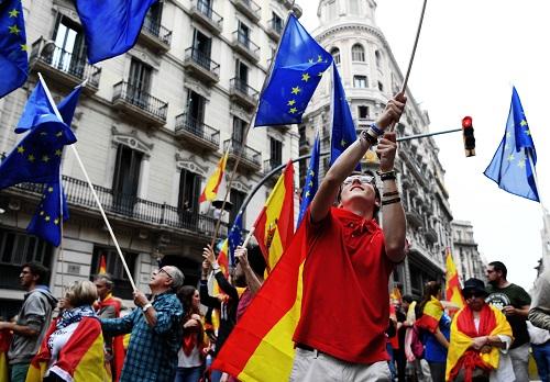 """数以万计的民众9月30日傍晚在西班牙加泰罗尼亚自治区首府巴塞罗那举行大规模游行,对自治区政府拟在10月1日强行举行的""""独立公投""""表示反对。新华社记者郭求达摄"""