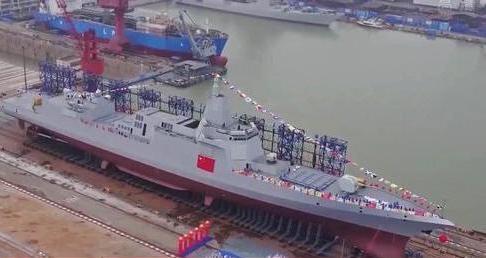 中国国家电视台播出的055型首舰清晰航拍画面(美国雅虎新闻网站)
