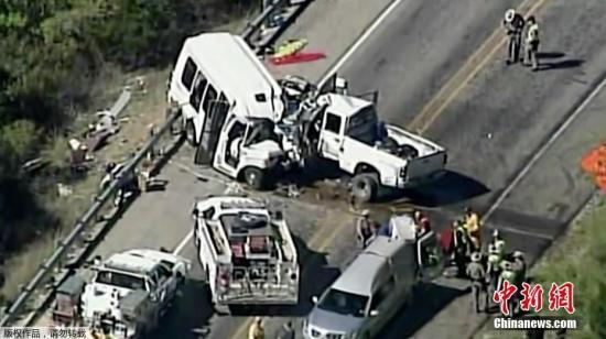资料图:当地时间3月29日下午2点左右,美国得克萨斯州西南部地区一辆教会巴士与轻型货车相撞。