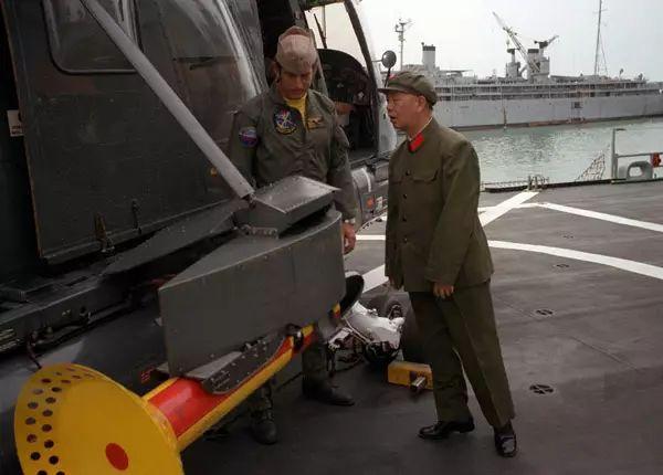 刘华清观看SH-2多用途直升机。