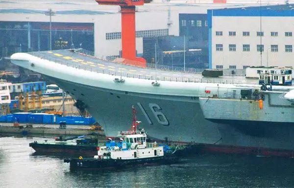 2012年9月5日,停泊在大连港的中国首艘航母已经涂装完毕,舷号16字样十分醒目。