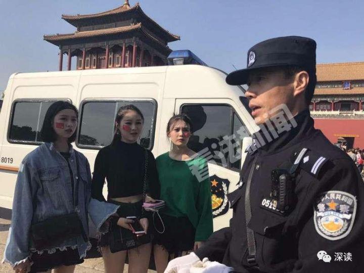 3名女游客找王文彪问路 摄/法制晚报·看法新闻记者 朱健勇