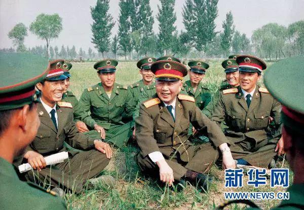 1989年6月,刘华清同志与中国人民解放军某部基层官兵在一起。