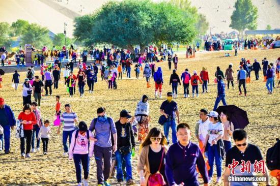 """今年""""十一""""黄金周期间,丝绸之路国际旅游名城甘肃敦煌天气晴好,景色如画。"""