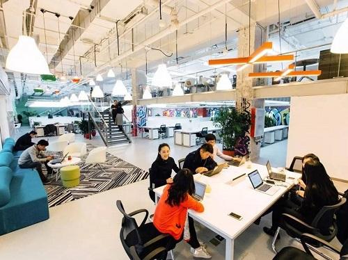 """供给结合办公空间的公司""""优客工厂""""成为2017年中国""""独角兽""""企业之一。图为其共享办公空间外部任务场景。(美国雅虎消息网站)"""