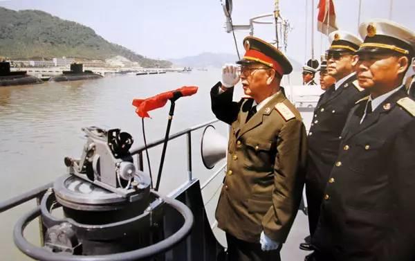 图为刘华清视察中国第一支基洛级常规潜艇部队。