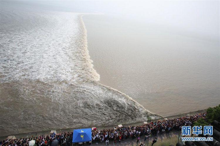 这是在浙江海宁市盐官镇占鳌塔上拍摄的钱塘江