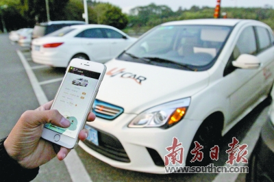 广州大学城,一位市民用手机客户端为共享汽车开锁。  南方日报记者  符超军摄