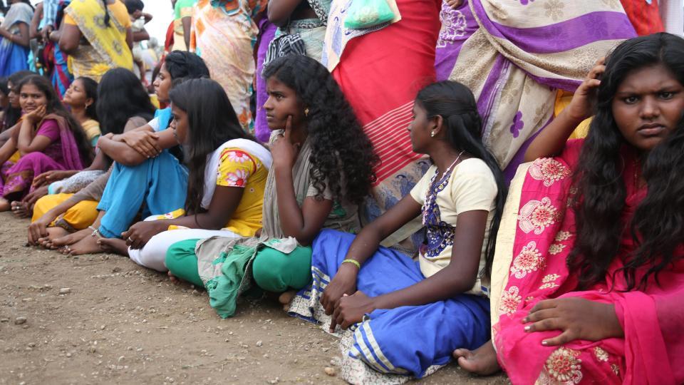 一些女学生被家人逼迫参加仪式。(图片来源:太阳报)