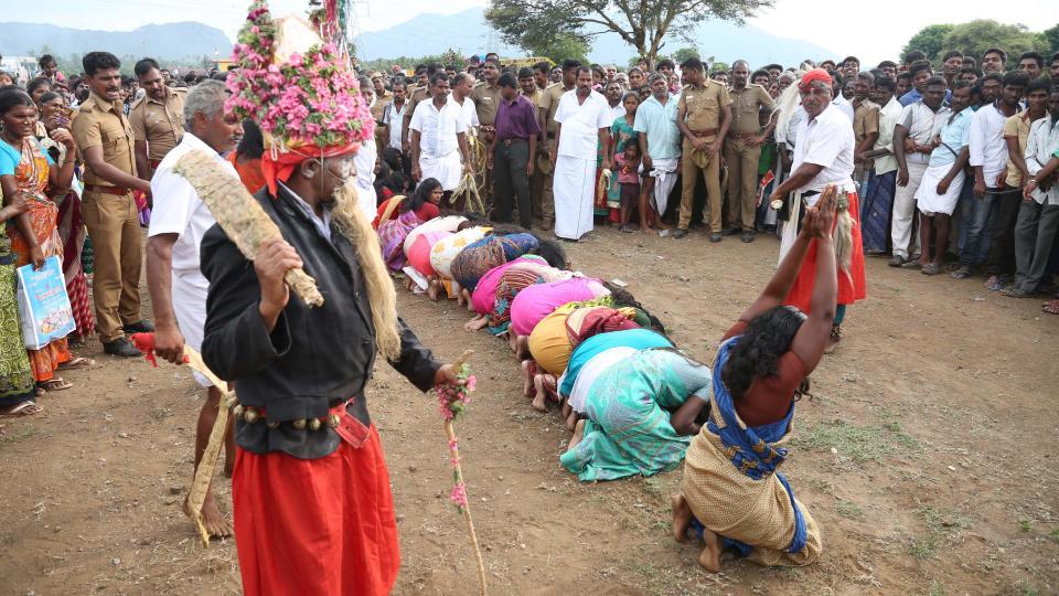 寺庙前,2000名女性在等待着鞭打。(图片来源:太阳报)