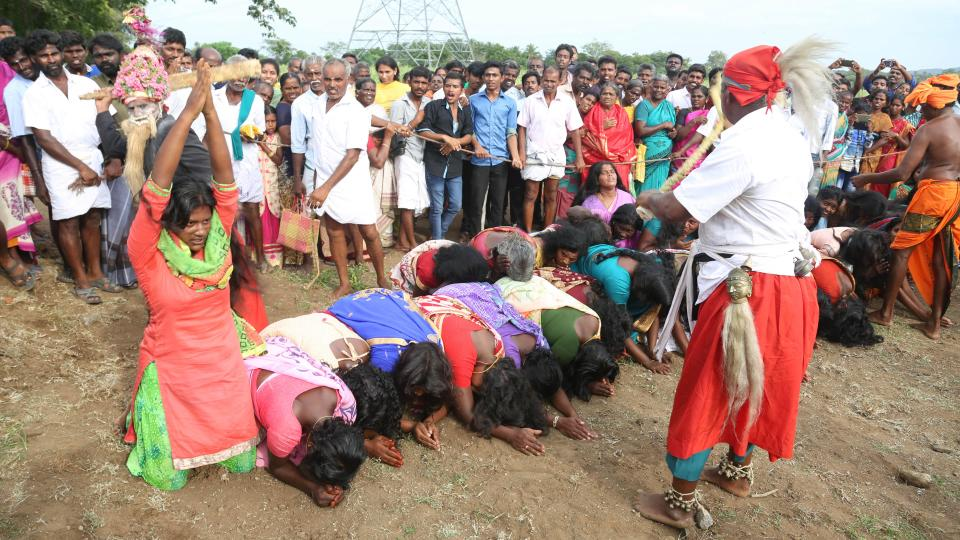 在印度南部,妇女蹲伏在仪式上接受鞭打。(图片来源:太阳报)