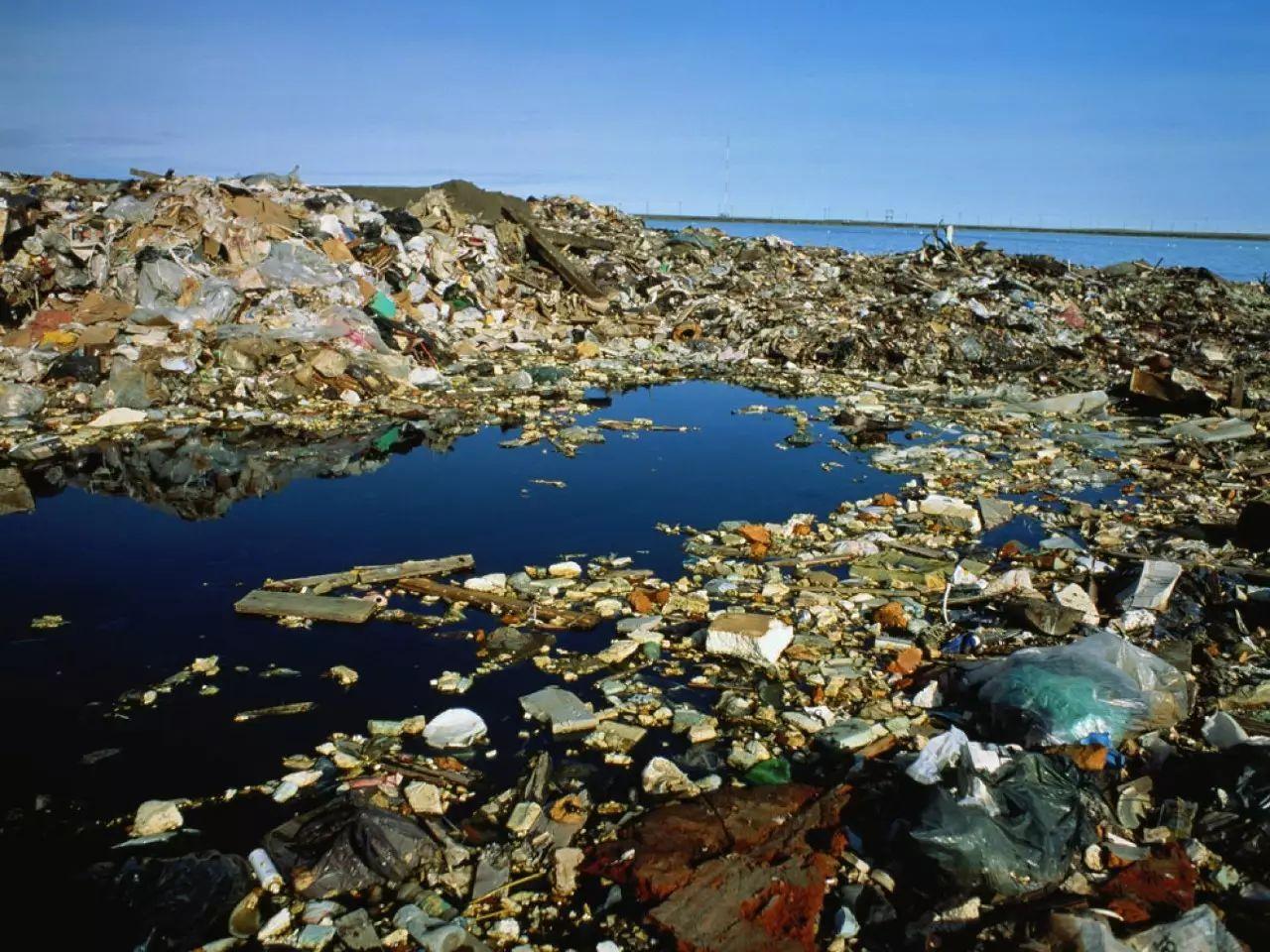 ▲堆积如山的塑料垃圾。图据《国家地理》杂志