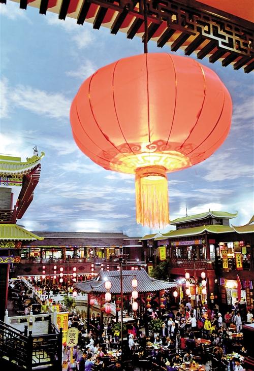 10月3日,游客在开封小宋城美食街游玩。 新华社记者 朱 祥摄