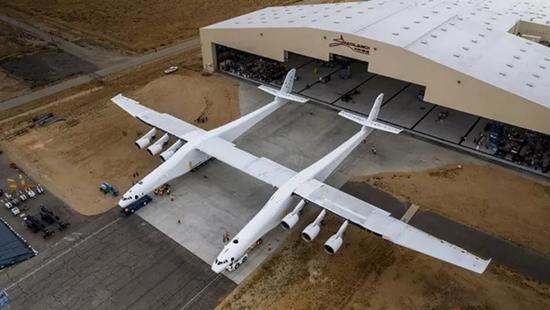 马斯克造出史上最大飞机 万米高空发射火箭