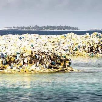 ▲堆積成山的塑料垃圾。攝影師:Julien Girardot