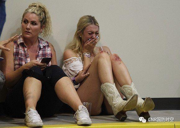 枪击案发生后,一名女士在躲避的地方哭泣(图片来源网络)