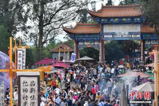 10月8日,于国庆节期间与游客见面的昆明茶马花街游人如织。中新社记者 任东 摄