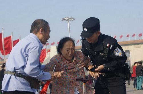天安门分局执勤民警帮助游客