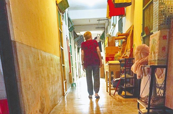 """""""台军单身退员宿舍""""有不少陆配与老兵同住,但在老兵过世后,却被要求迁出。(图片来源:台湾《中时电子报》)"""