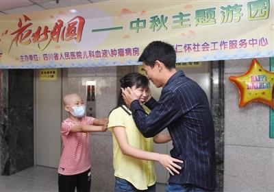 邹辉亲吻妈妈,妈妈害羞,乐乐在身后推着。
