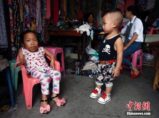 资料图:由于患有罕见的粘多糖病症,今年17岁的张慧敏身高只有80多厘米。她连简单的翻身都没法完成,只能轻微转动着脖子环顾四周。图片来源:CFP视觉中国