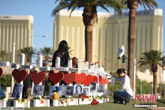 当地时间2017年10月6日,美国拉斯维加斯,民众持续悼念拉斯维加斯枪击案遇难者。