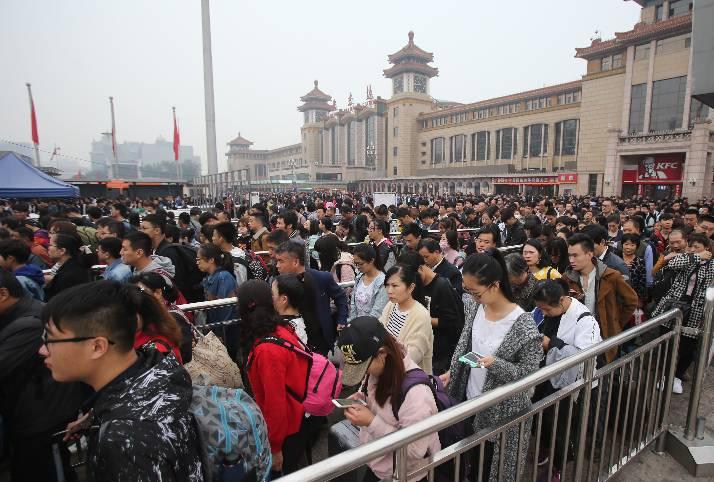 ▲10月7日上午,北京火车站迎来大量旅客返京。新京报记者 王贵彬 摄