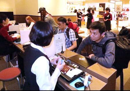 中国游客正在办理免税手续