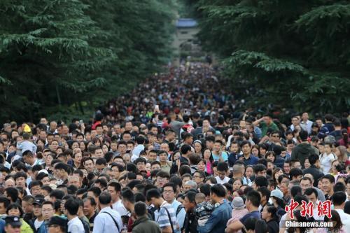 10月3日,大批游客涌进南京中山陵参观。中新社记者 泱波 摄
